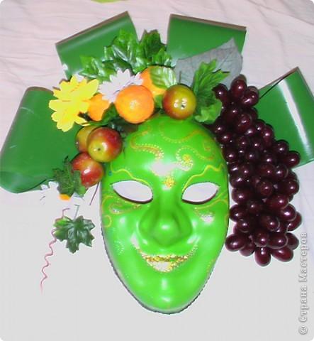 Моя первая маска. Бахус - бог - покровитель виноградников, виноделия и вина. Большие зеленые листья - салфетка под горячее, окрашенная акриловыми красками, мандарины - пенопласт, тоже окрашенный аркиловыми красками. фото 1