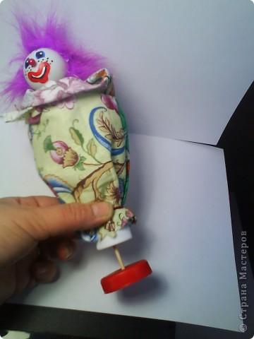 Решила предложить вам мастер-класс по изготовлению куклы дергунчика. Я сделала маленький вариант, так как легче фотографировать. Эту игрушку можно сделать большой и использовать для кукольного театра. для этого необходимо взять пластиковую бутылку большего размера. Итак приступим. фото 6