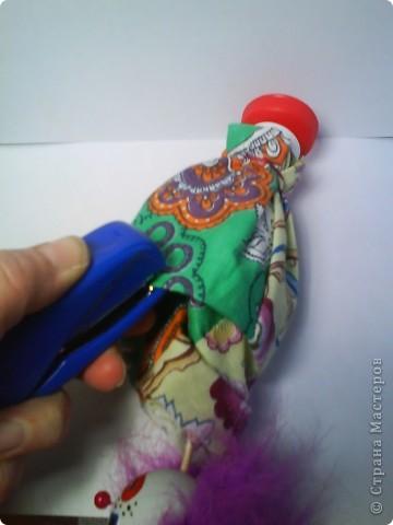 Решила предложить вам мастер-класс по изготовлению куклы дергунчика. Я сделала маленький вариант, так как легче фотографировать. Эту игрушку можно сделать большой и использовать для кукольного театра. для этого необходимо взять пластиковую бутылку большего размера. Итак приступим. фото 7
