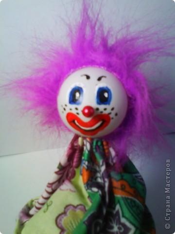 Решила предложить вам мастер-класс по изготовлению куклы дергунчика. Я сделала маленький вариант, так как легче фотографировать. Эту игрушку можно сделать большой и использовать для кукольного театра. для этого необходимо взять пластиковую бутылку большего размера. Итак приступим. фото 8