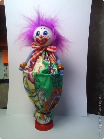Решила предложить вам мастер-класс по изготовлению куклы дергунчика. Я сделала маленький вариант, так как легче фотографировать. Эту игрушку можно сделать большой и использовать для кукольного театра. для этого необходимо взять пластиковую бутылку большего размера. Итак приступим. фото 9