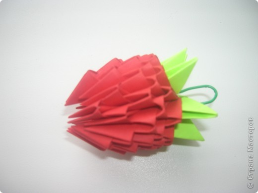 Люблю модульное оригами, подключила к процессу сборки модулей старшую Варвару. Этот павлин украшает группу младшей дочки. фото 3