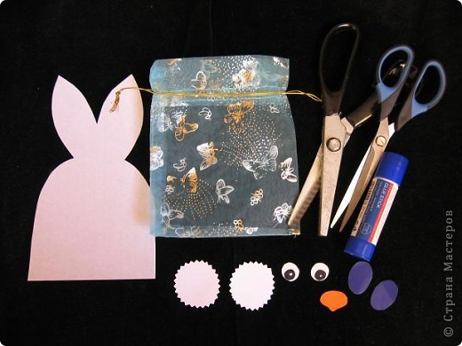Вот так можно упаковать небольшой подарок маленькому мальчику. На стилизованной открытке с ушками можно написать новогодние пожелания, а изображение зайчика на мешочке принесет счастье в Новом году.  фото 2