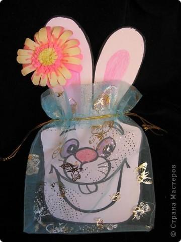 Вот так можно упаковать небольшой подарок маленькому мальчику. На стилизованной открытке с ушками можно написать новогодние пожелания, а изображение зайчика на мешочке принесет счастье в Новом году.  фото 11