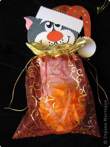 Вот так можно упаковать небольшой подарок маленькому мальчику. На стилизованной открытке с ушками можно написать новогодние пожелания, а изображение зайчика на мешочке принесет счастье в Новом году.  фото 13