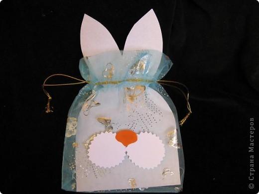 Вот так можно упаковать небольшой подарок маленькому мальчику. На стилизованной открытке с ушками можно написать новогодние пожелания, а изображение зайчика на мешочке принесет счастье в Новом году.  фото 5