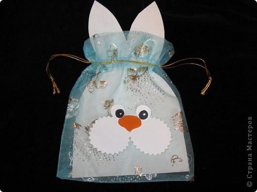 Вот так можно упаковать небольшой подарок маленькому мальчику. На стилизованной открытке с ушками можно написать новогодние пожелания, а изображение зайчика на мешочке принесет счастье в Новом году.  фото 6