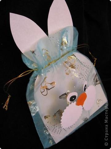 Вот так можно упаковать небольшой подарок маленькому мальчику. На стилизованной открытке с ушками можно написать новогодние пожелания, а изображение зайчика на мешочке принесет счастье в Новом году.  фото 7