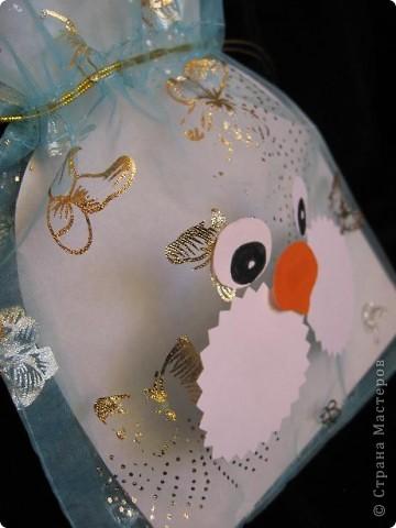 Вот так можно упаковать небольшой подарок маленькому мальчику. На стилизованной открытке с ушками можно написать новогодние пожелания, а изображение зайчика на мешочке принесет счастье в Новом году.  фото 8