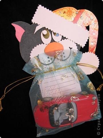 Вот так можно упаковать небольшой подарок маленькому мальчику. На стилизованной открытке с ушками можно написать новогодние пожелания, а изображение зайчика на мешочке принесет счастье в Новом году.  фото 12