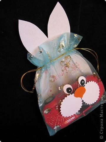 Вот так можно упаковать небольшой подарок маленькому мальчику. На стилизованной открытке с ушками можно написать новогодние пожелания, а изображение зайчика на мешочке принесет счастье в Новом году.  фото 10