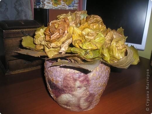 Ваза в стиле папье-маше и розы из кленовых листьев...