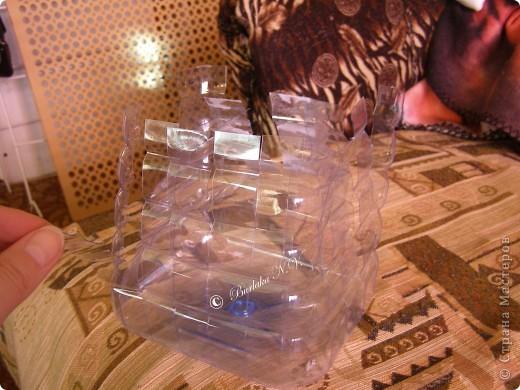 Дорогие мастерицы и мастера! Кажется я придумала что-то новенькое! У нас скопилось несколько больших 5-ти литровых бутылок из под воды. А так как я очень люблю плести, то мысли работали именно в этом направлении.  фото 3