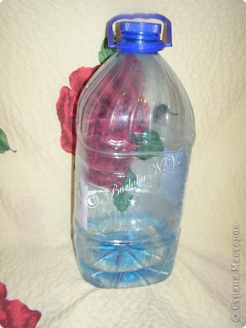 Дорогие мастерицы и мастера! Кажется я придумала что-то новенькое! У нас скопилось несколько больших 5-ти литровых бутылок из под воды. А так как я очень люблю плести, то мысли работали именно в этом направлении.  фото 2