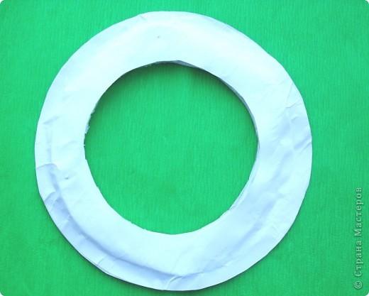 Вот такой рождественский венок можно сделать из бумаги. Такой венок увидела на корейском сайте http://blog.naver.com/paper6262. Только, конечно же, он у меня немного другой. Цветы в центре  не из бумаги, а из моих любимых бордовых салфеток. Выбрала венок с белыми листочками, так как белый цвет -  символ снежной зимы. Немного поясню, как я  делала этот венок.  Возможно, кому-нибудь это пригодится. фото 2