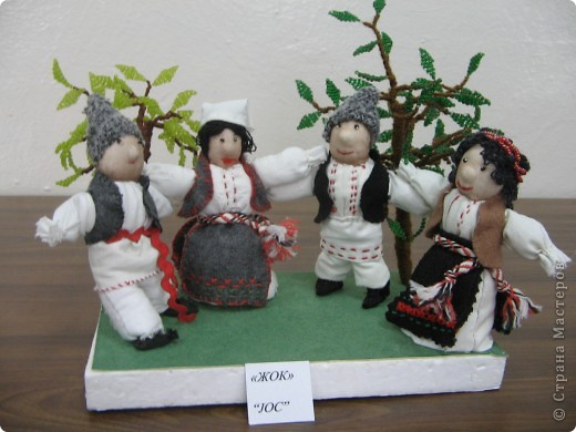 Мы занимались изготовлением молдавских сувениров. Ученицы работали в парах. Техника смешанная (мягкая игрушка и бисероплетение). У нас создана целая коллекция таких сувениров.  (Млодавский танец.) фото 1