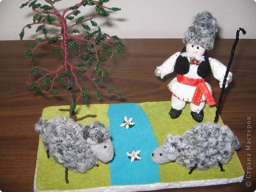 Мы занимались изготовлением молдавских сувениров. Ученицы работали в парах. Техника смешанная (мягкая игрушка и бисероплетение). У нас создана целая коллекция таких сувениров.  (Млодавский танец.) фото 2