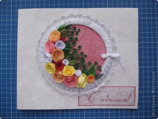 Открытка размером 20*24 см. Кольцо из плотного картона обмотано атласной лентой, под кольцо наклеено кружево. Подготовленное кольцо наклеено на фон и заполнено розами и листьями. Как делать розы смотрите:  http://stranamasterov.ru/technics/spiral_rose.html