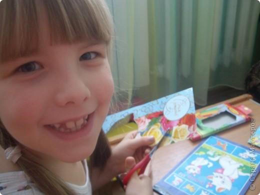 Решили с Настей для младшей Алены подготовить подарок на день рождения, который будет через пару недель. Для начала выбрали понравившиеся картинки на открытках, обложках... и вырезали их. фото 2