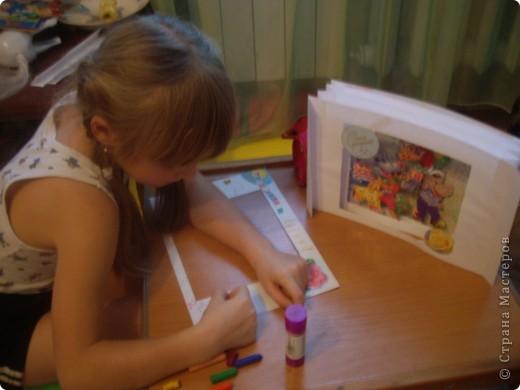 Решили с Настей для младшей Алены подготовить подарок на день рождения, который будет через пару недель. Для начала выбрали понравившиеся картинки на открытках, обложках... и вырезали их. фото 4