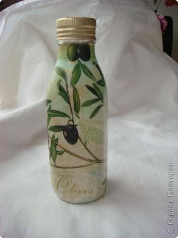 Продолжаю выкладывать свои начинания в декупаже. Руки так чесались, салфеточка была подходящая, что декупажировала прямо на бутылку, в котором было половина оливкового масла. :)