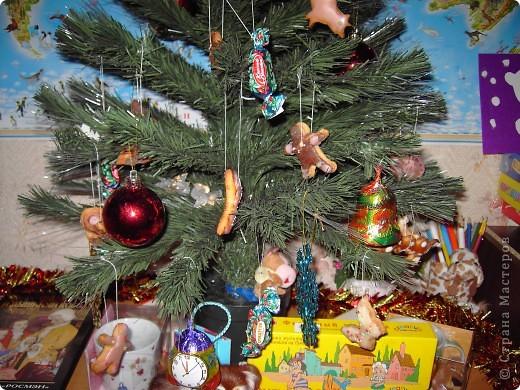 Это наше позапрошло-новогодне-рождественское творение. Было вполне съедобно, даже дарили друзьям, правда, для них сразу раскладывали в мешочки, чтобы не сохли прянички. Вырезали выемками для пластилина! Но для пластилина мы их никогда не использовали, только для съедобного теста. Раскрашивали, как умели, цветной глазурью и посыпали кондитерской посыпкой. фото 3