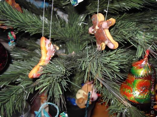 Это наше позапрошло-новогодне-рождественское творение. Было вполне съедобно, даже дарили друзьям, правда, для них сразу раскладывали в мешочки, чтобы не сохли прянички. Вырезали выемками для пластилина! Но для пластилина мы их никогда не использовали, только для съедобного теста. Раскрашивали, как умели, цветной глазурью и посыпали кондитерской посыпкой. фото 2
