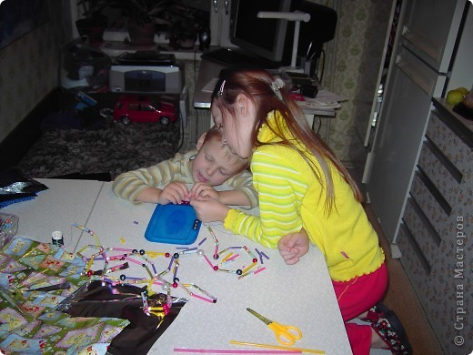 Такие бусы вполне могут сделать даже самые маленькие дети. Правда, я намучилась с обклеиванием части трубочек оберточной бумагой, но можно ведь и не обклеивать! Трубочки и сами по себе цветные. фото 2