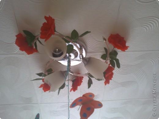 люстра в детской украшена цветами и бабочками. фото 2