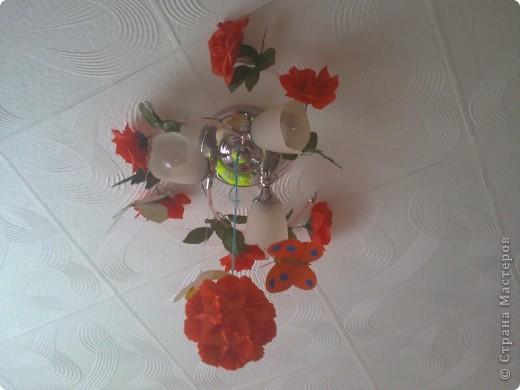 люстра в детской украшена цветами и бабочками. фото 3