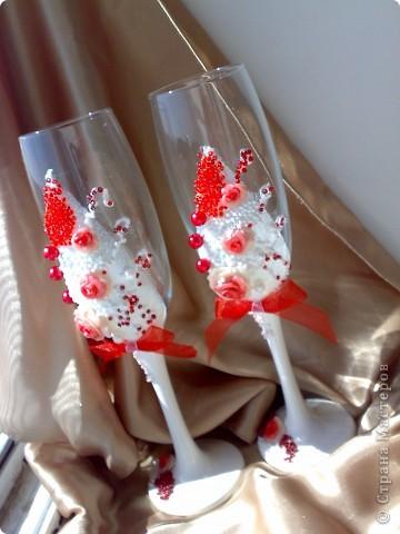 Бокалы, делала на свадебные торжества. Материалы: пластика, краска акриловая, ленты, бисер. фото 1