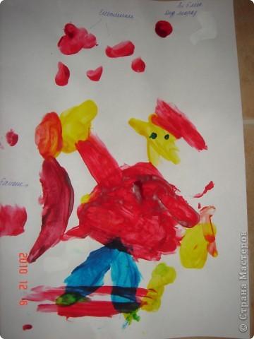 Первые самостоятельные рисунки Сашули (2,5). Дед мороз несет банан. А снежинки тоже красные  фото 1