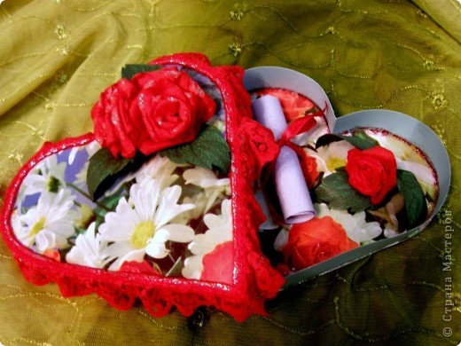 На просторах интернета нашла коробочку-шкатулку в форме сердца. В оригинале она сделана со скрап-материалов, но ввиду отсутствия таковых у меня пришлось обходиться подручными материалами. Как всегда в ход пошли картон и подарочная бумага. Что вышло, то вышло..., судить вам! Готова на сокрушительную критику! фото 2