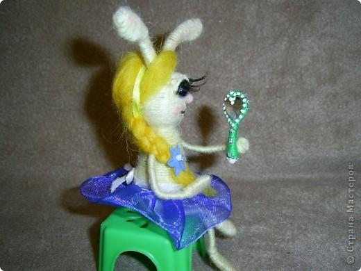 Ну вот и еще несколько зайцев-котиков  у меня накрутилось, принимайте)))) Сразу же предупреждаю - много фото, вы же знаете мою слабость))))   Это вот зайка блондинка-красавица-модница. Любуется на себя ненаглядную в зеркальце)) фото 2
