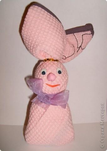 Вот такого зайчика я сделала в подарок из вафельного полотенца.