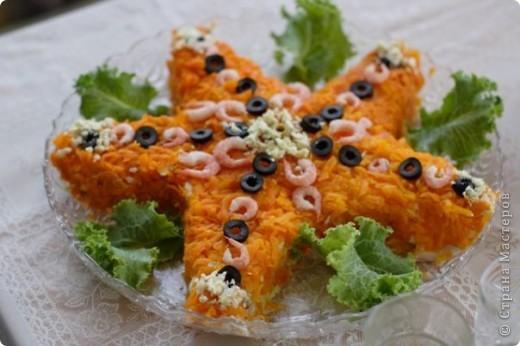 Рецепт подвижный) Кладу все морепродукты, что находятся в холодильнике. Но обычно слои такие: Кальмар, сыр, креветки или крабовое мясо, яйцо, а сверху - морковка (мне так больше нравится, чем красной рыбой). Всё прослаиваю майонезом с лимонным соком.