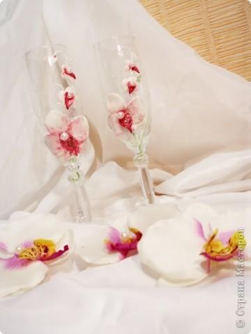 Бокалы, делала на свадебные торжества. Материалы: пластика, краска акриловая, ленты, бисер. фото 4