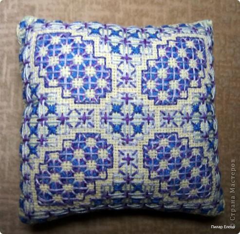 И тоже подарила.  1.Вышила для себя такую подушечку для иголок, схемку отыскала в одном журнальчике по рукоделию.