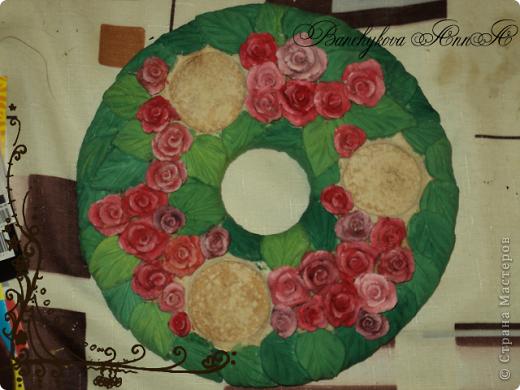 Это моя первая большая работа с солёным тестом. У друзей была годовщина свадьбы и захотелось им подарить что-то по-настоящему тёплое, что стало бы своеобразным символом семейного очага и в то же время, оберегом. Это первый вариант, пробный. Здесь хорошо видно, как я экспериментировала с цветами, подбирая вариант раскраски. фото 4