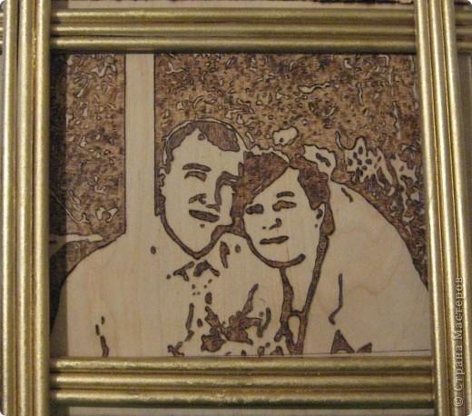 рамка сделана с помощью газетных трубочек, покрашенных золотой аэрозолью. фото 1
