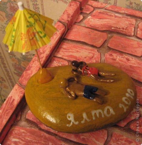 камушек привезен с моря г. Ялта, фигурки из пластелина, покрашено гуашью и покрыто аэрозольным лаком.