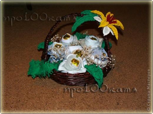 На днях понадобилось срочно сделать подарок мужчине,не лишённому чувства юмора.Сплела корзинку из газет(куда же без них???) и заполнила её розами из конфет и...носков. фото 1