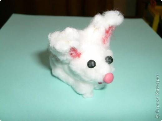 Этого кролика я сначало слепила из пластелина,затем методом торцевания с помощью зубочистки втыкала вату.Глаза,носик и ротик из пластилина.
