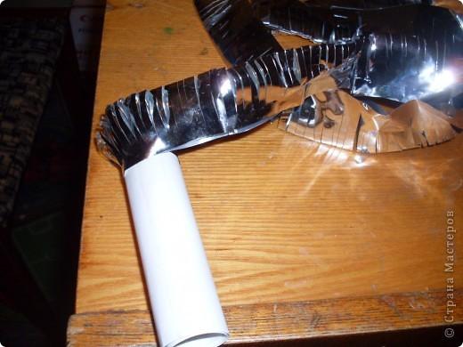 режем полоски из фольги и сгибаем по полам фото 5