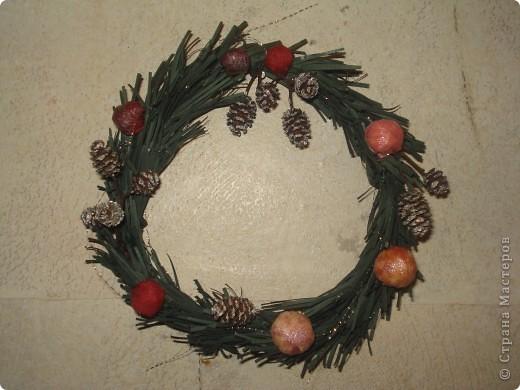 Мне очень нравится западноевропейская традиция украшать дома на Рождество венками.  И захотелось смастерить венок самой, используя, конечно, любимую технику. Это мой первый, пробный венок. Надеюсь, следующие будут аккуратнее и лучше. Просто хотелось поделиться новогодней идеей (вдруг кому-то понравится). фото 1