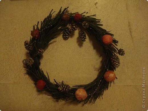 Мне очень нравится западноевропейская традиция украшать дома на Рождество венками.  И захотелось смастерить венок самой, используя, конечно, любимую технику. Это мой первый, пробный венок. Надеюсь, следующие будут аккуратнее и лучше. Просто хотелось поделиться новогодней идеей (вдруг кому-то понравится). фото 4