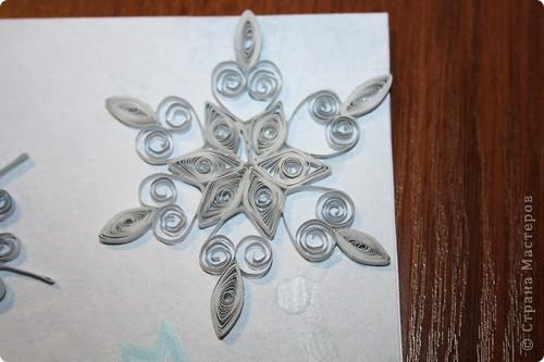 Я уже давно эту открыточку сделала. Вроде делала долго, а получилась простенькая... Снежинки из серебряных полосок. Надпись из перламутровой краски. На фото ни того не заметно, ни другого... :( фото 3