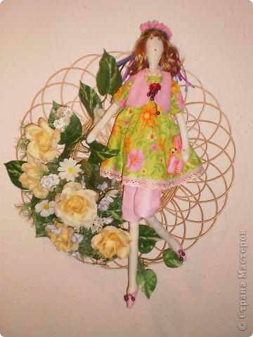 Давно сшила эту куколку, наконец- то нашла ей место - на цветочном панно. Висит в коридоре.
