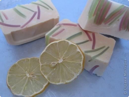 Мой очередной эксперимент в мыловарении. На этот раз решила сварить мыло по МК Vivien. На фотографии два варианта этого мыла. Первый вариант вышел не очень удачным, на мой взгляд, так как я не перемешала кусочки цветного мыла и основное, второй вариант - уже лучше. Спасибо Vivien за такой замечательный МК и интересную идею.