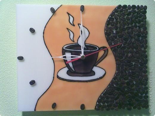 Подсмотрела идею в интернете. Краски и контур по стеклу и керамике на белом пластике и зерна кофе. Подарила свекрови на день рождения, она любитель кофе.